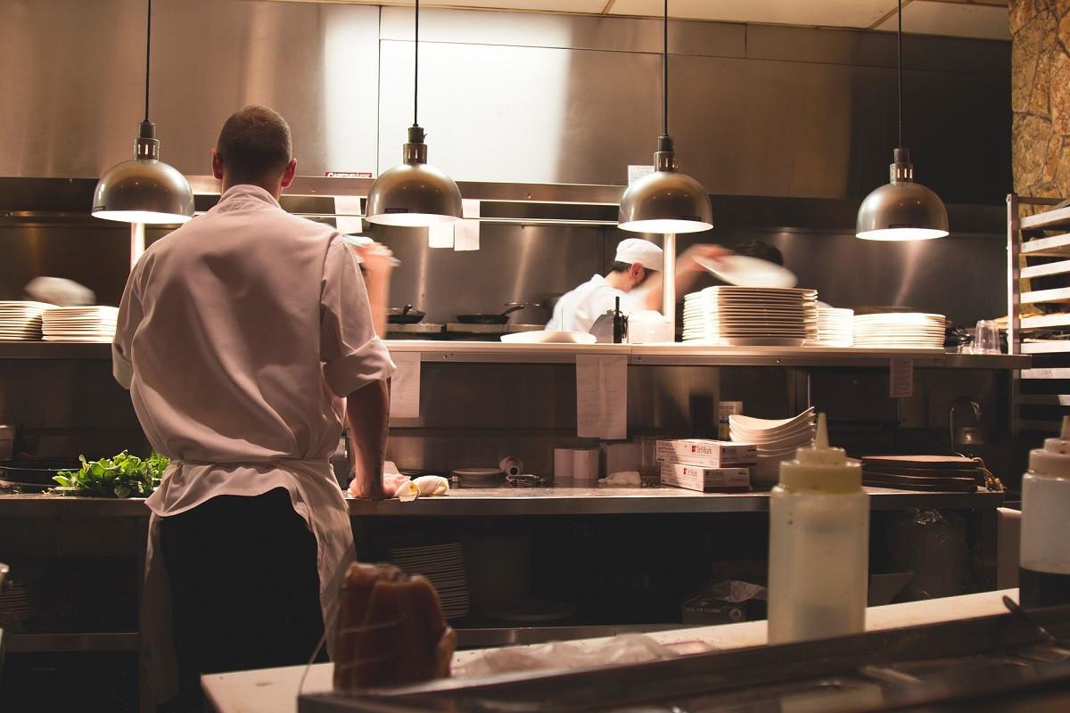kok in keuken restaurant