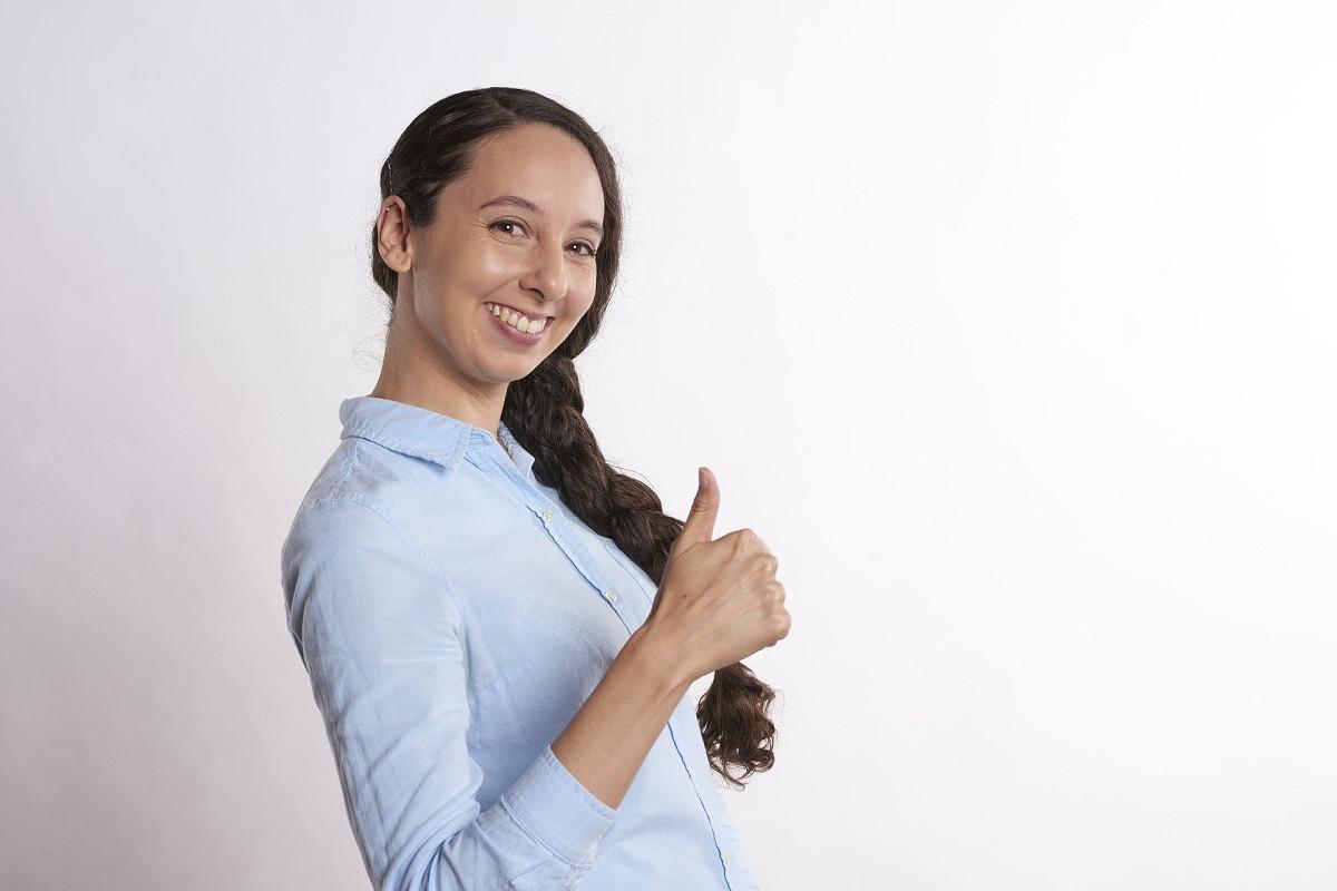 tevreden jonge vrouw
