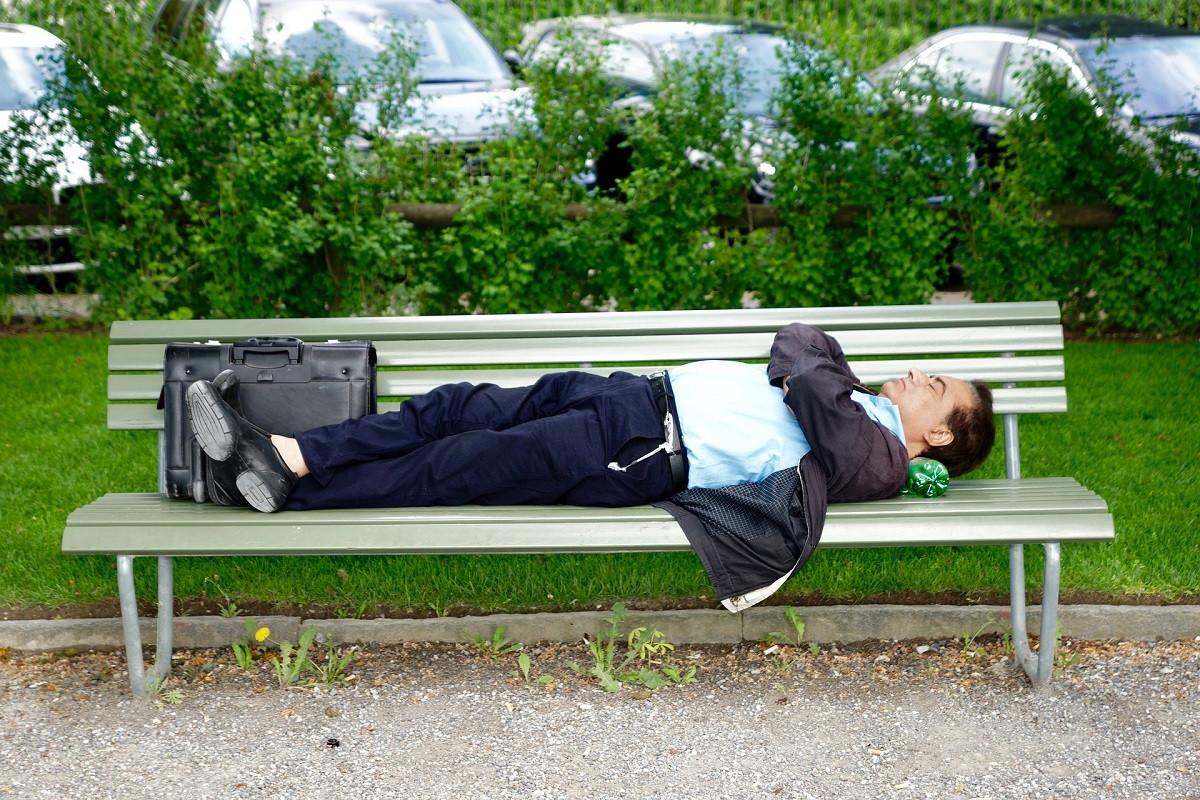 slapend op parkbankje
