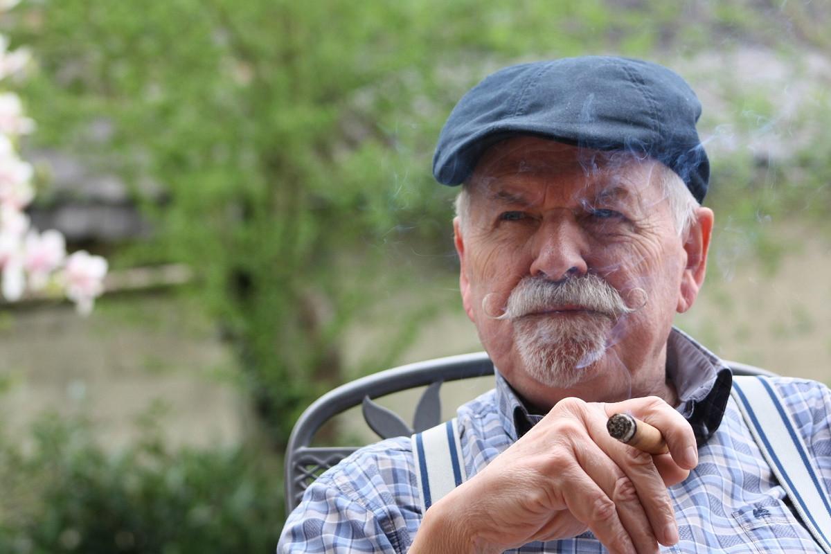 opa met sigaar