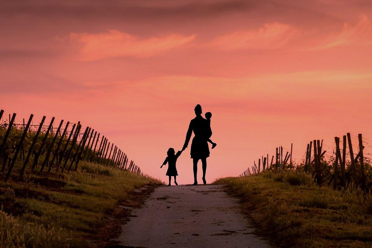 moeder met kinderen zonsondergang