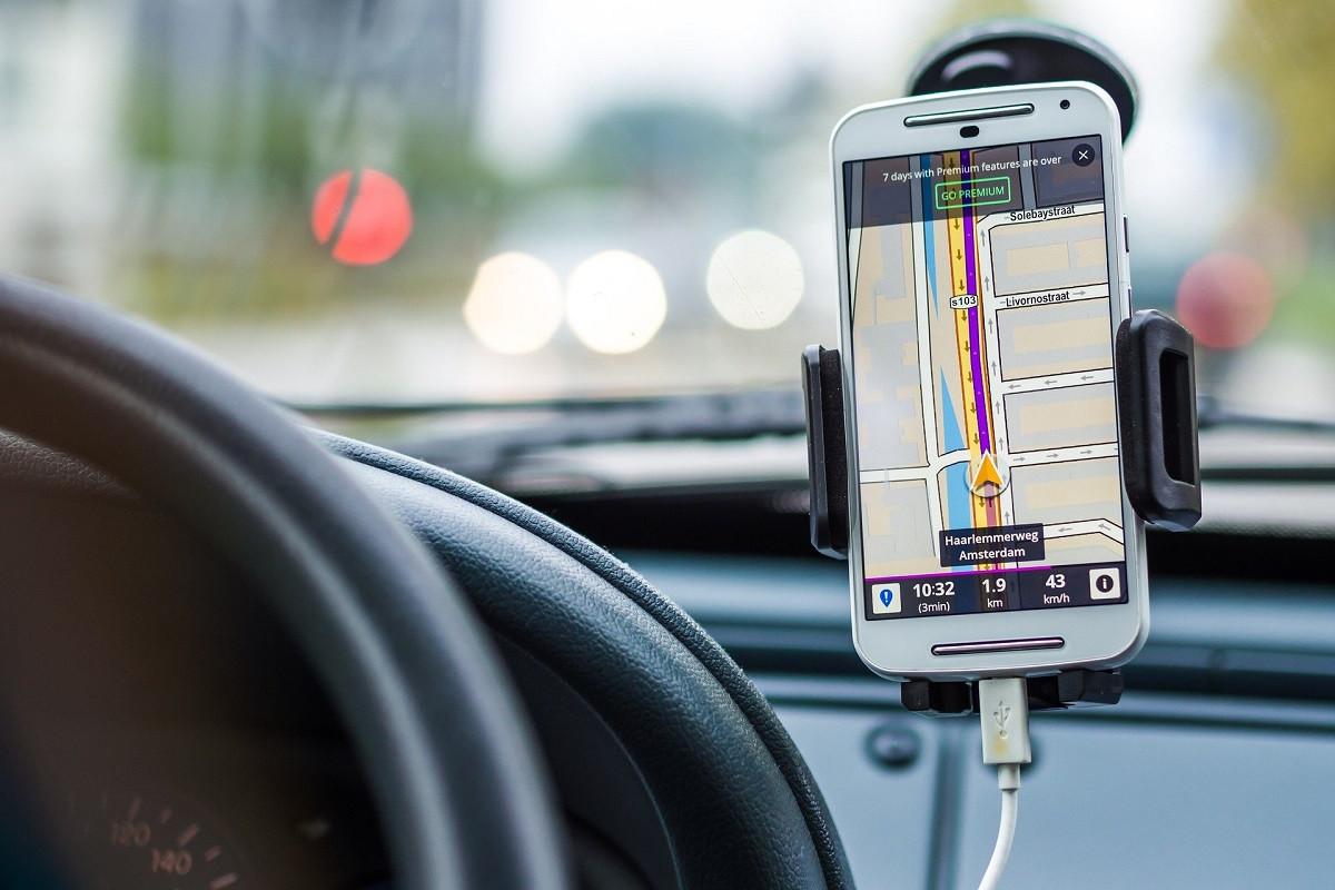 tomtom via mobiel in auto