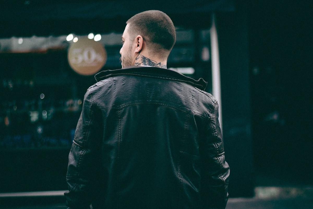 man met tatoeage in zijn nek