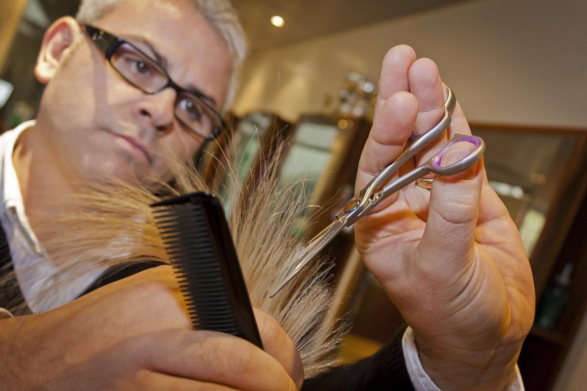 kapper knipt haar