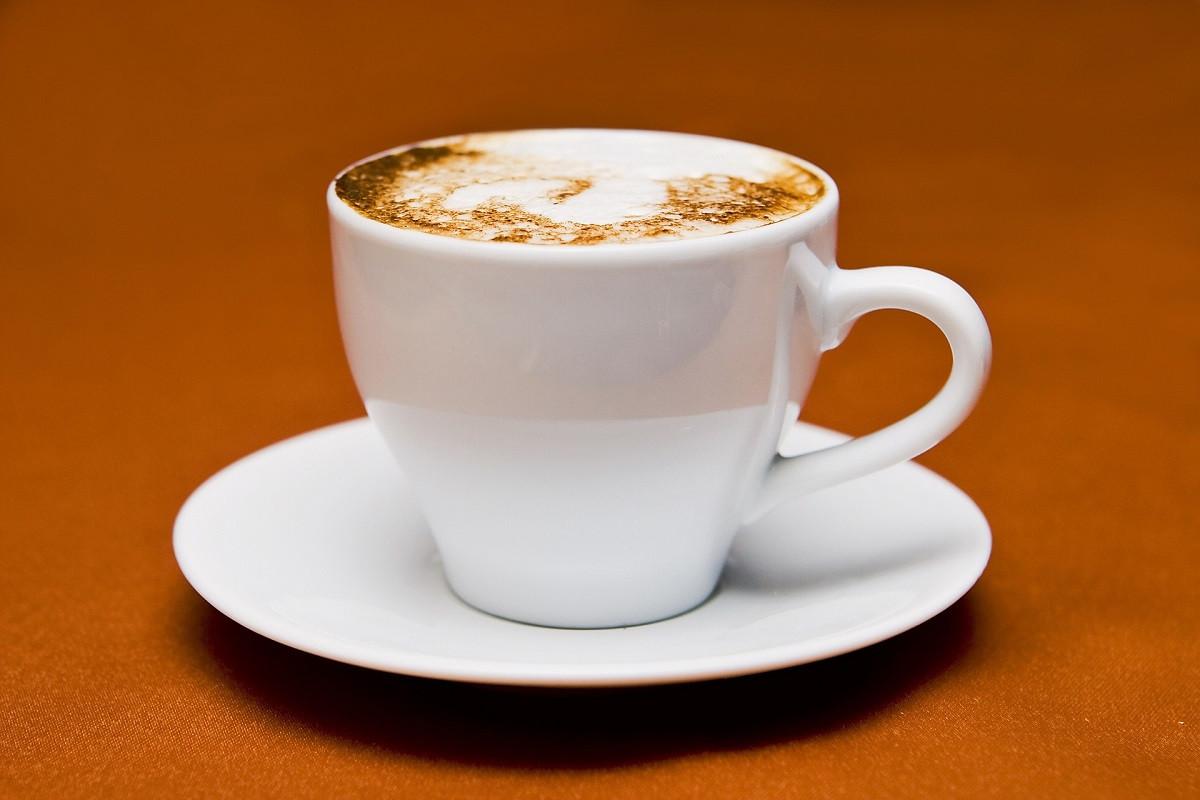 kopje koffie met schotel