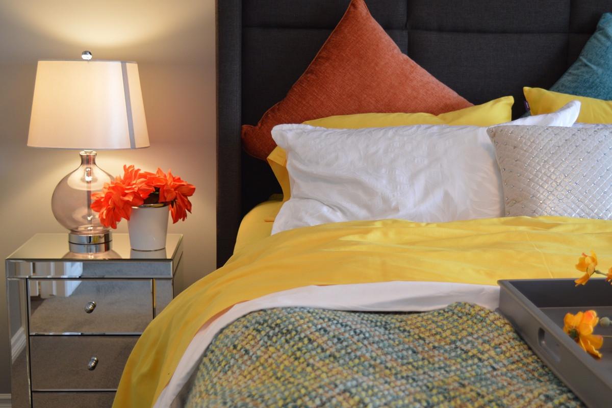 slaapkamer met bed en nachtkastje